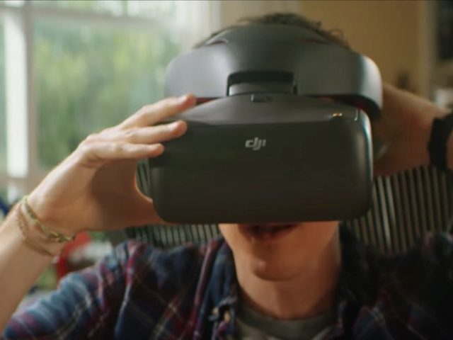 DJI Goggles Racing Editionを装着する男性