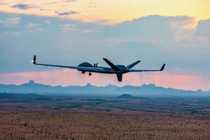 MQ-9B RPA、General Atomics Aeronautical Systems、飛行する姿、斜め後ろ